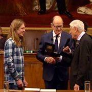 Oud-premier Van Agt (r) maakt zich op voor een knuffel met dicteerwinnaar Randy van Halen (2014)