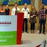 Winnaars in de leerling- en personeelklasse op het podium.