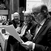 De prijsuitreiking was een sketch van drie heren. Links Karel van de Graaf, rechts auteur Guido de Wijs.