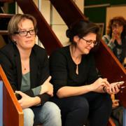 Auteur Anke ten Doeschate (l) en Judith Kortland van de bibliotheek.