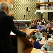 Het publiek luistert naar het dictee van Louise Fresco. Foto: Tamara Reijers