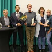 Vanaf links: Chris Wiersma, burgemeester Franc Weerwind van Almere en drie leden van het winnende team De Schoor.